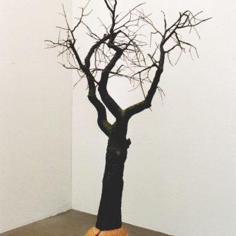 Körsbärsträdet. Körsbärsträ, oljefärg. Johan Frid. Ett körsbärsträd täljt av träet från trädet skulpturen avbildar.