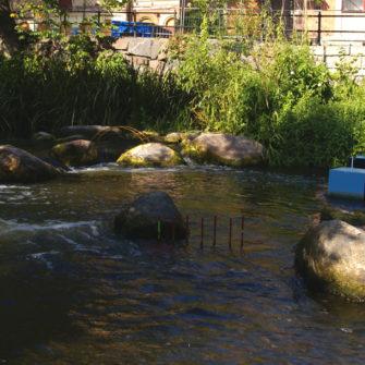 Agility för fiskar, Johan Frid. Järn, plåt och lackfärg. En agilitybana för lekande öring.